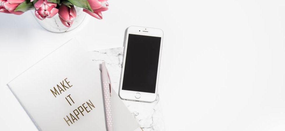 ballpen-cellphone-close-up-resize